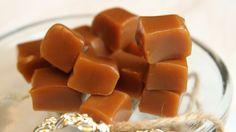 Fløtekarameller med smør og vanilje (Foto: Tone Rieber-Mohn/NRK) Christmas Sweets, Christmas Cookies, Recipe Boards, Confectionery, Baking Recipes, Sweet Tooth, Mango, Food And Drink, Low Carb