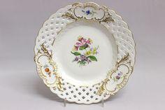 Porzellan Teller der Marke Meissen Motiv Streublume, Rand durchbrochen Durchmesser = 21,5 cm Sehr guter Zustand, 1. Wahl