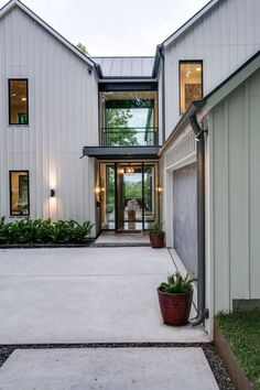 Farmhouse Exterior Design Ideas - Farmhouse design can go much past your farmhouse style. Let this collection of jaw dropping farmhouse outsides influence your new construct or . Modern Farmhouse Exterior, Urban Farmhouse, Farmhouse Homes, Farmhouse Design, Farmhouse Style, Rustic Farmhouse, Farmhouse Lighting, Farmhouse Ideas, Urban Cottage