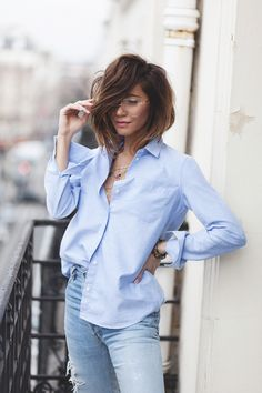 Healthy living quotes motivational messages without women Blue Striped Shirt Outfit, Blue Shirt Outfits, Oversized Shirt Outfit, Denim Outfit, French Chic Fashion, Style Parisienne, Light Blue Shirts, Parisian Style, Clothes For Women
