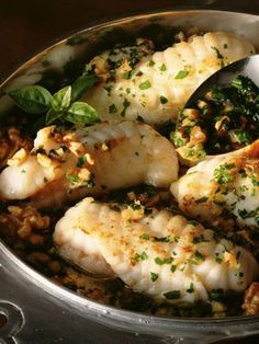Rape al horno El rape es un pescado blanco, con un bajo contenido en grasa, además es una fuente de proteínas. Asado al horno lo cocinamos en su jugo, por lo que conseguimos un plato muy ligero.
