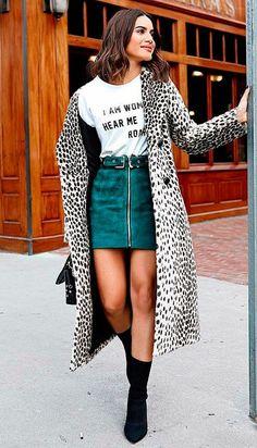 Camila Coelho - t-shirt-saia-look-sock-boots - Sock Boots - meia estação - street style | Ama o resultado glam? Simples, aposte em casaco animal print + sock boots coordenada à saia curtinha.