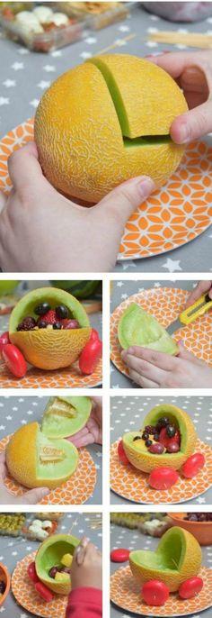 buffet gourmand dans un esprit baby shower, une décoration baby shower réalisée avec des fruits
