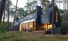 Black House Blues par Studija Archispektras - Kulautuva, Lituanie. Maison contemporaine atypique toute en noir  pour amateurs de blues