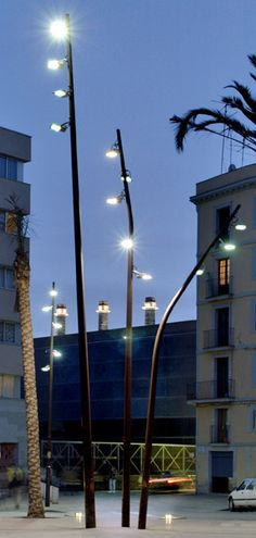 FUL is a street light series with a conical section and variable curvature, providing considerable freedom to optimise their orientation and create a formal result in apparent movement