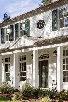 Countryside Escapes Colonial Farmhouse Exterior With Green Shutters Colonial House Exteriors, Colonial Exterior, Modern Colonial, Colonial Style Homes, Modern Farmhouse Style, Exterior Paint, Colonial Cottage, Exterior Homes, Southern Architecture