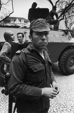 Fernando Jose Salgueiro Maia - foto de Alfredo Cunha. Lisboa, 25 de Abril de 1974 History Of Portugal, World Conflicts, Maputo, Portugal Travel, Great Photos, Portuguese, Role Models, The Past, Popular