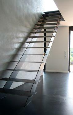 Staircase Design Modern, Modern Stair Railing, Interior Staircase, Metal Stairs, Modern Stairs, Modern Design, Narrow House, House Stairs, Stairways