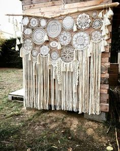 Suspension dream catcher macramé et pompons en laine naturel. Crochet Dreamcatcher, Macrame Art, Macrame Projects, Doily Art, Lace Doilies, Dream Catcher Boho, Dream Catcher Wedding, Doily Dream Catchers, Wind Chimes