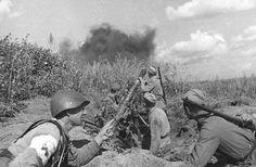 70 anos do fim da Segunda Guerra Mundial Legenda: Morteiro russo em ação na batalha de Stalingrado, onde as forças alemãs e soviéticas se envolveram em um árduo e demorado conflito (Hulton Archive/Getty Images)