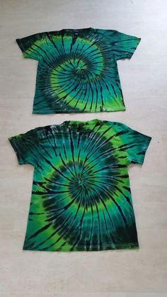 Diy Tie Dye Designs, T Shirt Designs, How To Tie Dye, How To Dye Fabric, Tye Dye, Diy Tie Dye Shirts, Tie Dye Party, Tie Dye Crafts, Tie Dye Techniques
