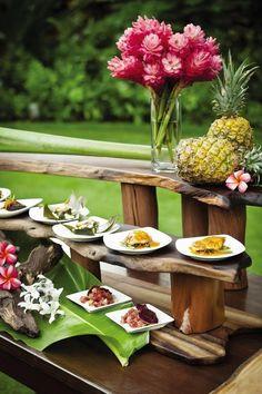 Tropical design idea for a buffet decor. Deco Buffet, Buffet Set, Thai Buffet, Catering Display, Catering Food, Grazing Tables, Food Displays, Tropical Decor, Tropical Design