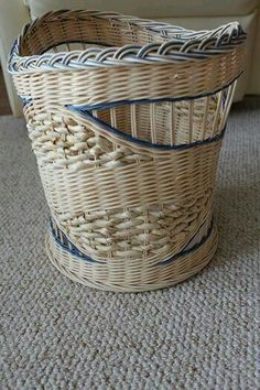 Фотография Paper Basket Weaving, Willow Weaving, Weaving Art, Newspaper Basket, Newspaper Crafts, Paper Furniture, Bamboo Art, Knit Basket, Macrame Patterns