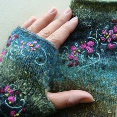 Broderie sur des mitaines en tricot - Embroidery on knitted mitts Knitting Projects, Crochet Projects, Knitting Patterns, Crochet Patterns, Easy Knitting, Knit Mittens, Knitted Gloves, Wrist Warmers, Hand Warmers