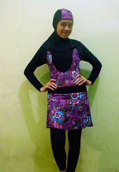 Kode: BRMD201402, Harga: IDR 185.000. Baju renang muslimah dewasa berwarna dasar hitam kombinasi warna ungu dengan motif bunga. Sporty, modis dan elegant. Model baju dan celana renang terpisah, dilengkapi jilbab. Resleting disisipkan di depan baju untuk memudahkan pemakaian.