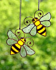 Honey bee decor, stained glass bee suncatcher, garden decoration, beekeeper gift, windows decor, stained glass ornaments, bee home decor #homedecor #stainedglass #suncatcher