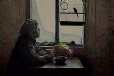 Ο Slava τρώει το μεσημέριανό του στο σπίτι και μιλάει με τον παπαγάλο του ενώ έξω ρίχνει πυκνό χιόνι.