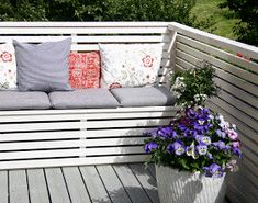 DIY Balcony Sofa with Storage Space Whilst old with concept, the actual pergola is encountering Balcony Bench, Porch And Balcony, Balcony Plants, Balcony Garden, Porch Swing, Outdoor Sofa, Outdoor Spaces, Outdoor Living, Outdoor Decor