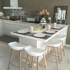 Bom dia com essa cozinha linda, moderna e muito bem equipada, aproveitando cada espaço do ambiente ✨✨✨