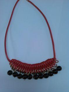 collar de doble nudo con eslavones y perlitas de acrilico