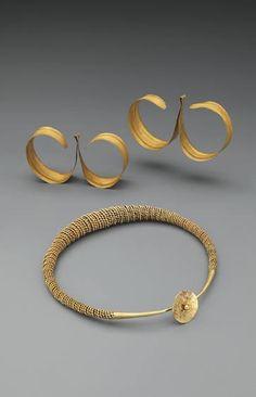 gold torque and earrings | nias island | indonesia | wereldmuseum rotterdam