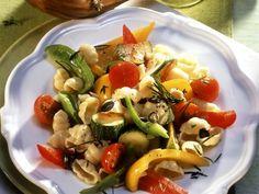 Pasta mit sommerlichem Gemüse und Kürbiskernen ist ein Rezept mit frischen Zutaten aus der Kategorie Gemüse. Probieren Sie dieses und weitere Rezepte von EAT SMARTER!