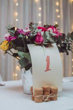 30 ideas originales. ¡Decidan cuál les gusta más! #CasamientosAr #Organizaciondecasamientos #Casamiento #Boda #Novios #TipsNupciales #CaminoAlAltar #CasamientoArgentina #DecoracionDeCasamiento #DecoracionDeMesasCasamiento #DecoracionBanqueteCasamiento #CentrosDeMesaCasamiento #CentroDeMesa Seating Plans, Ideas Originales, Gift Wrapping, Table Decorations, Gifts, Home Decor, Wedding Centerpieces, Wedding Tables, Flower Corsage