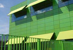 Osdorp, School de Kikker  Groen gemoffelde frame's en effen naadloos groen doek. Zonwering Westland