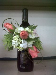 Arreglo botella Wine Bottle Gift, Wine Bottle Crafts, Wine Gifts, Bottle Art, Bottle Centerpieces, Floral Centerpieces, Floral Arrangements, Pretty Flowers, Silk Flowers