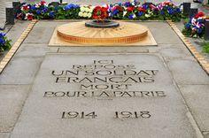 Tombe du Soldat inconnu, Paris: 1914-1918. L'inhumation solennelle du soldat inconnu sous l'Arc de Triomphe a eu lieu à Paris le 11 Novembre 1920. Ci-gît le corps d'un soldat français non identifié représentant tous les soldats tués pendant la Première Guerre mondiale. Le «raviver la flamme» et la pose de la gerbe sur la tombe du Soldat inconnu a mené tous les soirs à 18h30 avec la même cérémonie. © nito - Fotolia.com