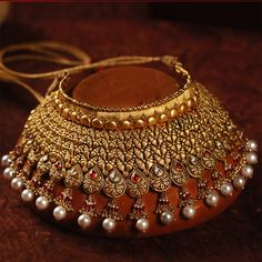A jhallar pattern choker style necklace. Jewelry Design Earrings, Gold Jewellery Design, Necklace Designs, Gold Jewelry, Jewelery, Trendy Jewelry, Fashion Jewelry, Indian Bridal Jewelry Sets, Antique Jewellery Designs