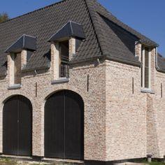 Beerse steen, ivoorkleurig en geborsteld ingevoegd. Facade Design, Architecture Design, House Design, Belgian Style, Dormer Windows, Amazing Buildings, Love Home, Future House, Bungalow