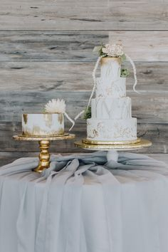 White and gold vow renewal cake | Photography: Kearsten Taylor