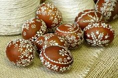 Восковые рисунки на пасхальных яйцах Easter Egg Pattern, Easter Egg Dye, Easter Egg Crafts, Easter Peeps, Egg Shell Art, Easter Egg Designs, Ukrainian Easter Eggs, Egg Art, Easter Celebration