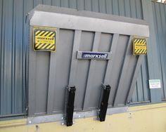 MKS PND MM (5000 | 6000kg). Para instalação frontal à doca, fixada através de parafusos com buchas metálicas. Grande aplicação em construções em que a doca de concreto já está pronta, dispensando as obras para o nicho.  Acionamento com basculamento e elevação manual/mecânico, com sistema de cabo de aço e manípulo, com movimento assistido através de conjunto de molas a gás (cilindo atuador).
