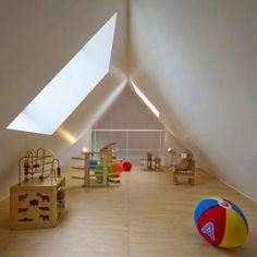 La casa fue diseñada para una familia de 3 personas. Estarás muy equivocado si crees que en esta casa no hay un lugar destinado a la diversión y esparcimiento de los niños. Aquí vemos la solución perfecta: el desván sirve como sala de juegos para los niños.