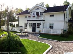 trädgård,altan,husfasad New England Hus, Home Focus, Backyard Layout, House Goals, Front Yard Landscaping, Garden Paths, Garden Inspiration, Curb Appeal, Exterior Design