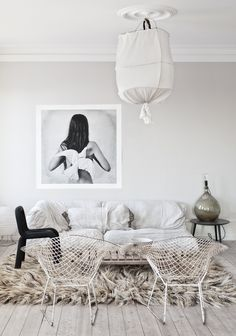 white living room with Bertoia chairs and super shag rug Interior Design Inspiration, Room Inspiration, Thursday Inspiration, Design Ideas, Casa Hipster, Living Room Designs, Living Room Decor, Living Rooms, Decor Room