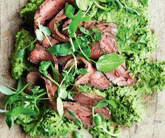 Tænd op under grillen og smagsløgene med en kombination af mør, grillet flankesteak og sommerlig grøn ærtehummus.