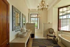 Cape Town - La Clé des Montagnes Villa master bathroom in Le Manior
