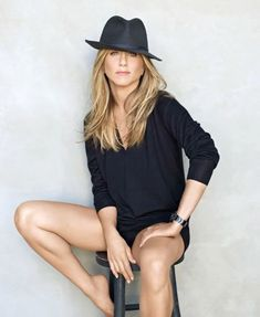 5 Hat Types That Will Make You Stand Out From The Crowd is part of Jennifer aniston style - Hats come to your rescue when you are having a bad hair day Formerly hats used to indicate a person's social status but recently it has become a style statement Jennifer Aniston Style, Dieta Jennifer Aniston, Jennifer Aniston Pictures, Tomboy Fashion, Look Fashion, Tomboy Style, Queer Fashion, Tomboy Outfits, Emo Outfits