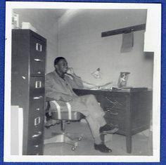 Y25 SMILING MAN SITTING AT DESK TALKING ON PHONE OLD Vintage Photo/Snapshot