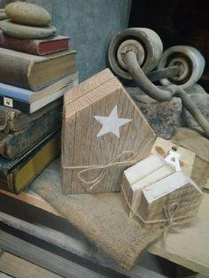 Decoració amb fusta reciclada. Peces úniques. Cases de fusta amb estels.