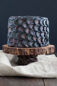 """olivia-livforcake: """" Use this simple decorating technique to create the perfect red velvet Dragonscale Cake and impress your Game of Thrones loving friends! Bolo Game Of Thrones, Game Of Thrones Kuchen, Game Of Thrones Party, Game Thrones, Game Of Thrones Christmas, Bolo Red Velvet, Days To Christmas, Santa Christmas, Got Party"""
