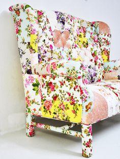 """O estilo """"móvel da casa da vovó"""" está de volta. No caso dessa poltrona, ela foi reformada com um lindo patchwork floral."""