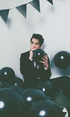 Brendon Urie black balloons wallpaper panic at the disco Panic! At The Disco, Emo Bands, Music Bands, Emo Wallpaper, Eclectic Wallpaper, The Wombats, Indie, Band Wallpapers, Super Party