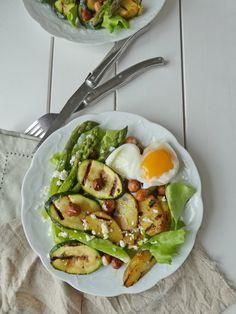 Salade de printemps aux asperges, noisettes, petites pommes de terre et courgettes grillées ( Sans gluten, vegan ou pas ...avec options )