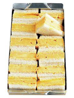天のや 麻布十番に本店を構える甘味処「天のや」の人気商品「たまごサンド」(¥1,180)。関西風のだしをたっぷり使用しただし巻き卵は、手作りならではの緻密ななめらかさとしっとり感が特徴。しっかりと効かせたマスタードとマヨネーズのソースが卵の甘みをキリッと引き締め、引き立たせているのが印象的だ。