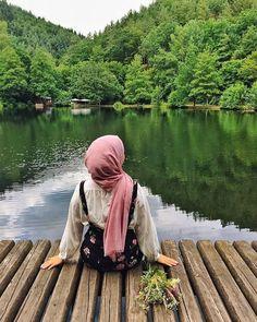 """Mavi Lahza on Instagram: """"Hayatta kimseyi değiştiremezsin ve kimse için değişmemelisin.  Ne sen başkası için mecburi istikametsin,  ne de başkası senin için. Yorma…"""" Hijabi Girl, Girl Hijab, Hijab Hipster, Stylish Hijab, Hijab Collection, Islam Women, Arab Girls Hijab, Muslim Beauty, Islamic Girl"""