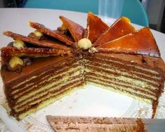 A Hungarian sponge cake, filled with chocolate buttercream, topped with caramel-coated cake slices and garnished with toasted hazel. Hungarian Desserts, Hungarian Cake, Rodjendanske Torte, Chocolate Buttercream, Love Chocolate, Tiramisu, Waffles, Sweets, Cooking